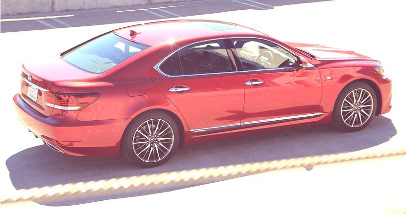 Lexus-LS-lateral-rojo
